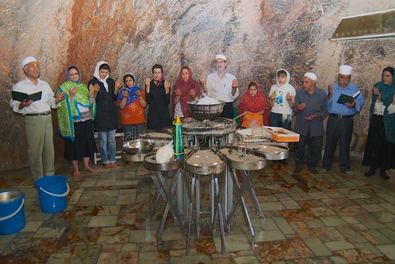 De mensen wonen zoroastrian godsdienstige ceremonie in het verre heilige hol dichtbij Yazd, Iran bij stock foto