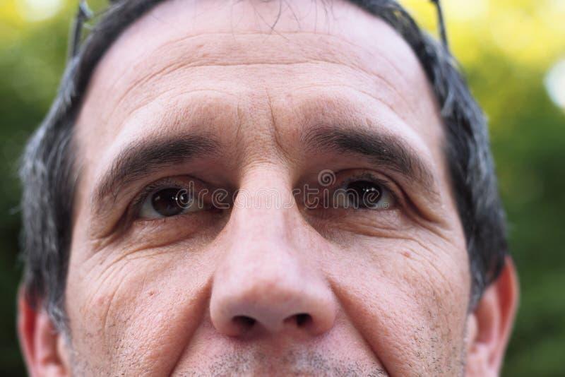 De mensen zien gezichtsrimpels onder ogen stock afbeelding