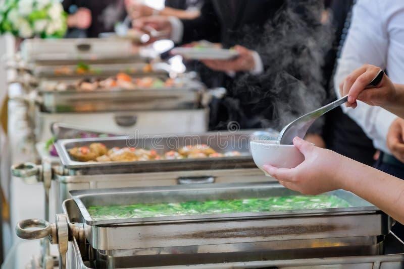 De mensen zijn genieten van buffet royalty-vrije stock fotografie