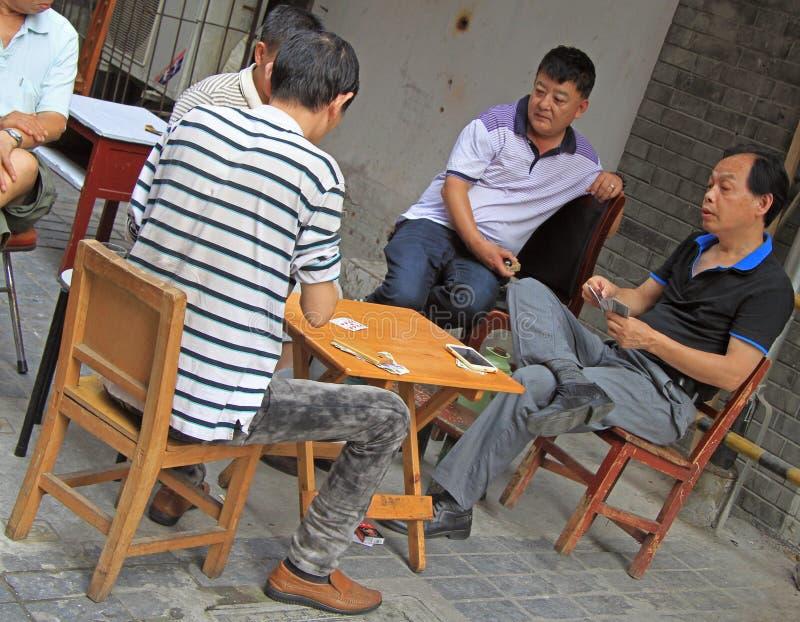 De mensen zijn speelkaarten openlucht in Wuhan, China royalty-vrije stock fotografie