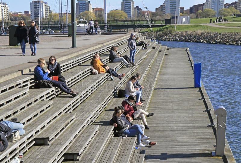 De mensen zitten en genieten van mening van overzees in Malmo, Zweden royalty-vrije stock foto's