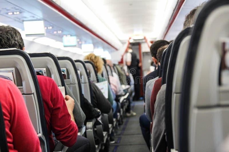 De mensen zitten op het vliegtuig stock foto