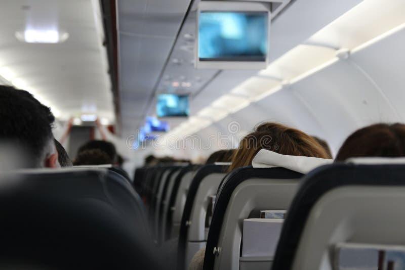 De mensen zitten op het vliegtuig royalty-vrije stock foto