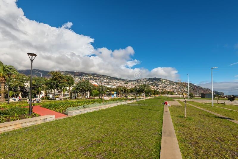 De mensen zitten op de waterkant het eiland in van Funchal, Madera, royalty-vrije stock fotografie