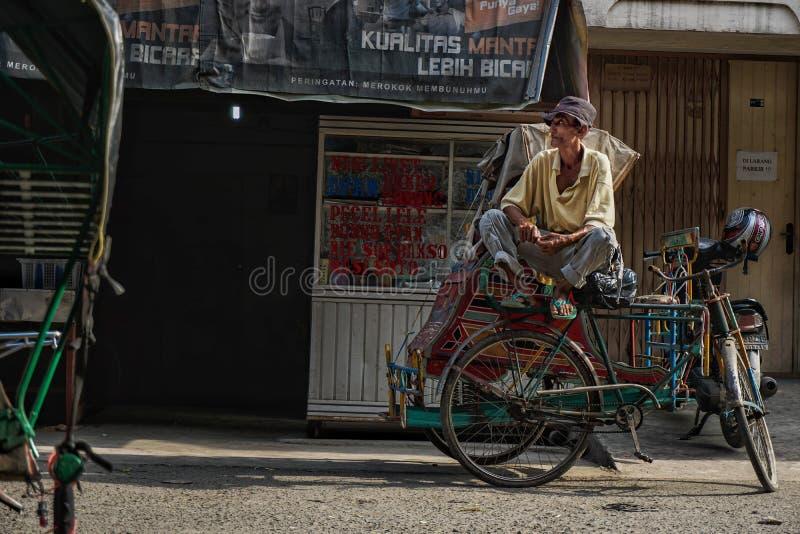 De mensenbestuurders van riksja's wachten op de Klant op zijn riksja stock foto