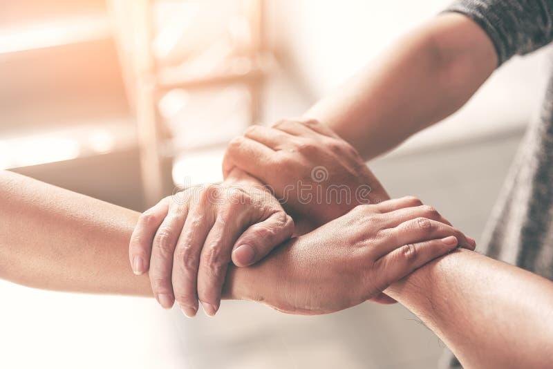 De mensenhand assembleert als het groepswerkconcept van de verbindingsvergadering De handen van de groeps mensen assemblage als b royalty-vrije stock afbeelding