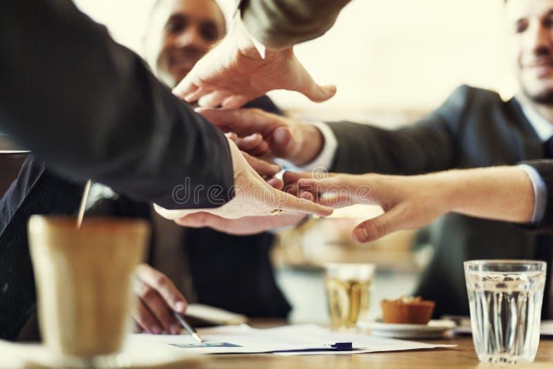 De mensenhand assembleert het Collectieve Concept van het Vergaderingsgroepswerk stock afbeeldingen