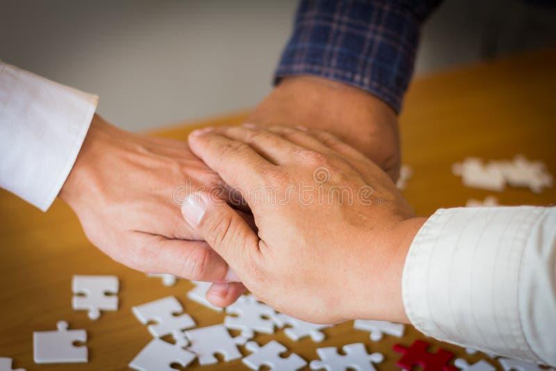 De mensenhand assembleert het Collectieve Concept van het Vergaderingsgroepswerk stock afbeelding
