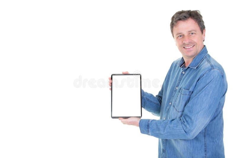 De mensenhand toont mobiele computer digitale tablet met het witte lege scherm in verticale positie die op witte achtergrond word stock fotografie