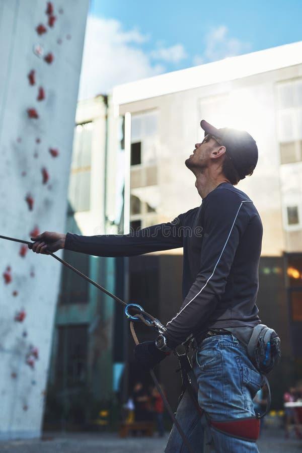 De mensenklimmer maakt partner op de open het beklimmen gymnastiek vast royalty-vrije stock afbeelding