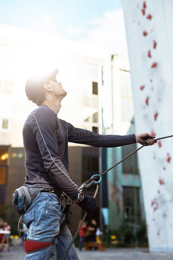 De mensenklimmer maakt partner op de open het beklimmen gymnastiek vast royalty-vrije stock fotografie