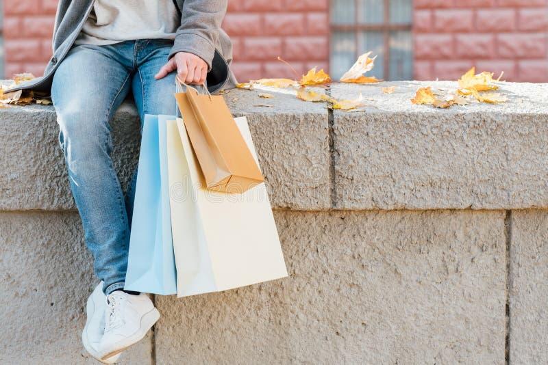 De de mensenpakketten van de Shopaholiclevensstijl vallen stedelijk stock afbeeldingen