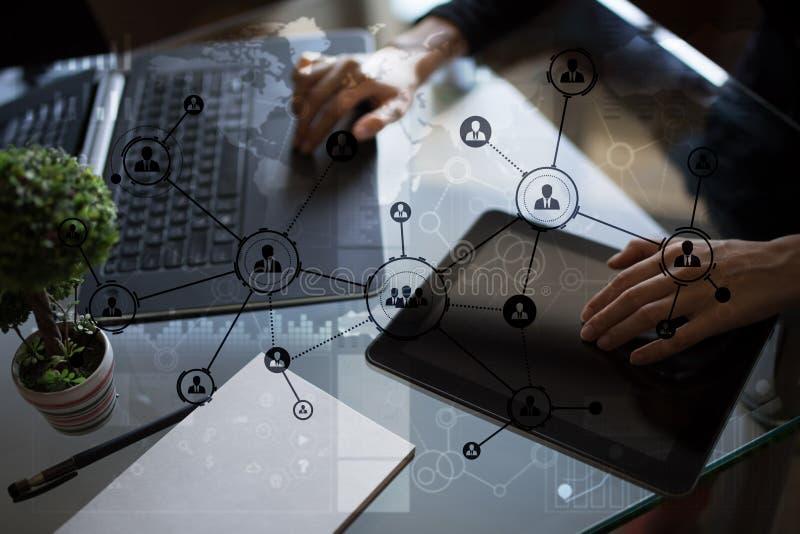 De mensenpictogrammen structureren Sociaal netwerk U Personeelsbeheer Zaken Internet en technologieconcept stock fotografie