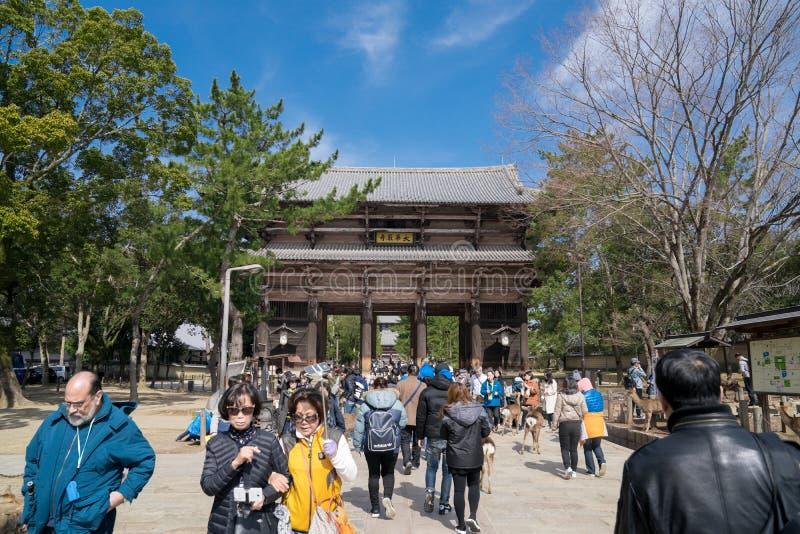 De mensenreiziger, groepsreis, plaatselijke bevolking, Japanse mensen bezocht en reiste rond Todaiji-Tempel bij de middag, Nara stock foto's
