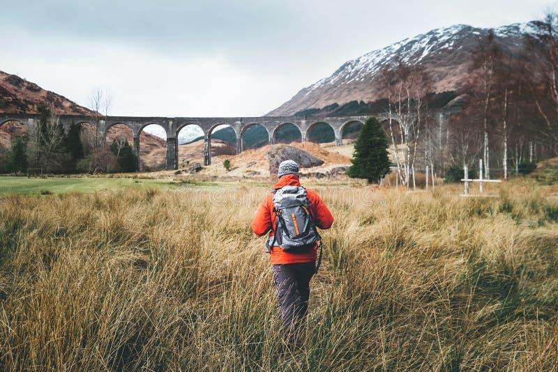 De mensenreiziger loopt neaar beroemde Glenfinnan viadukt in Schotland stock fotografie
