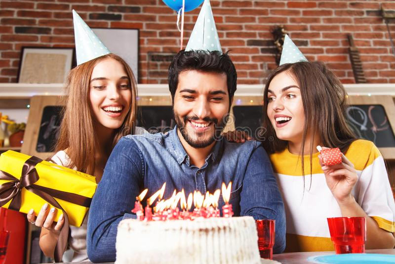 De mensenslag schouwt uit op Witte Cake royalty-vrije stock foto