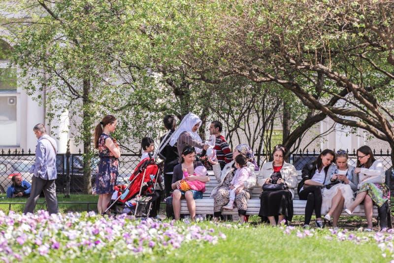 De mensenvakantiegangers ontspannen in de tuin royalty-vrije stock afbeeldingen