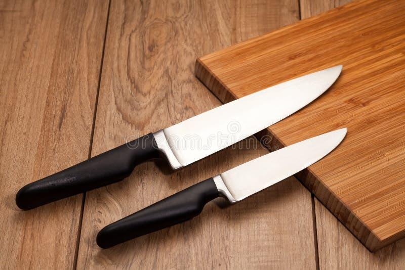 De messen van de keuken op hout stock fotografie