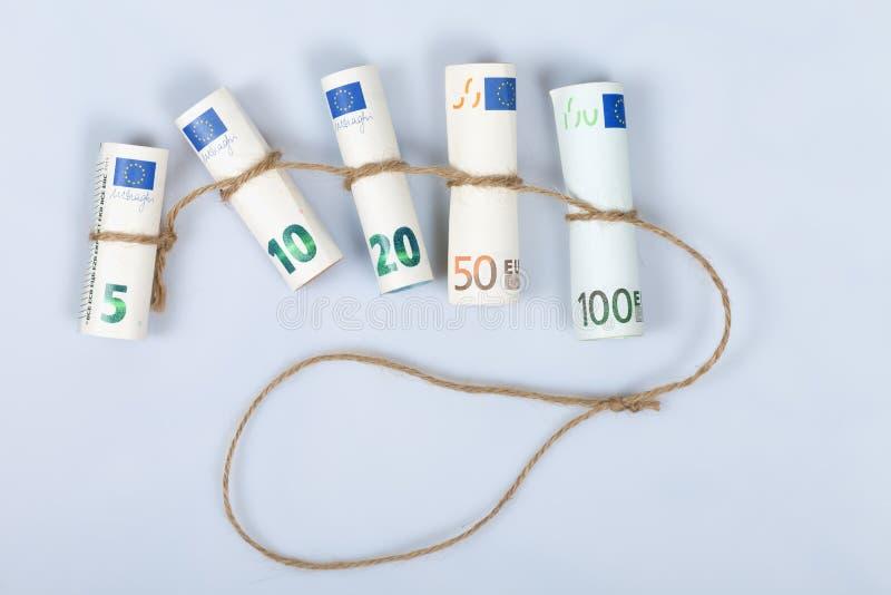 De mest använda euroräkningarna för européer som binds med ett rep och en isolator royaltyfri fotografi