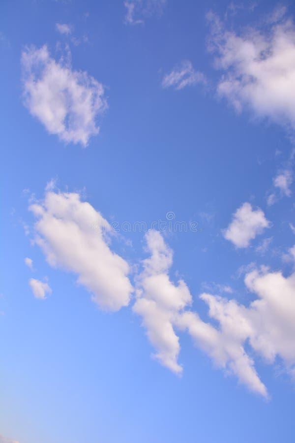 De mest härliga blå himmel- och vitmolnen royaltyfri fotografi