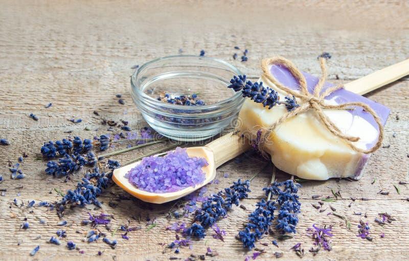 De met de hand gemaakt zeep van de lavendel en overzees zout royalty-vrije stock foto