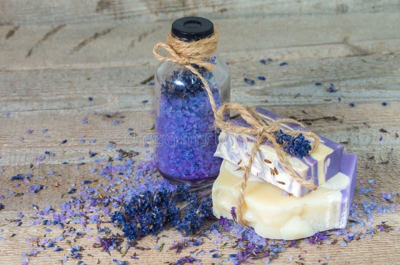 De met de hand gemaakt zeep van de lavendel en overzees zout stock fotografie