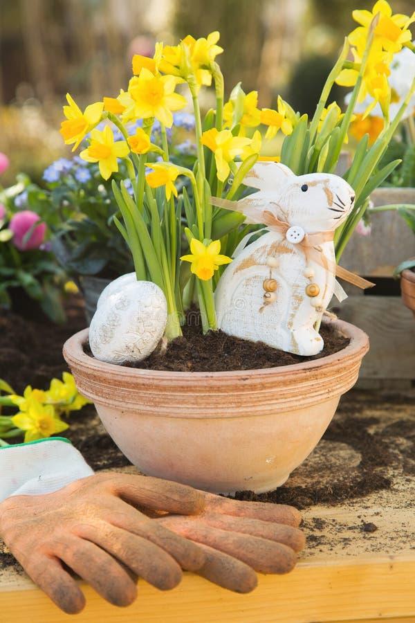 De met de hand gemaakte decoratie van Pasen met de lentebloemen en konijntje thuis stock afbeelding