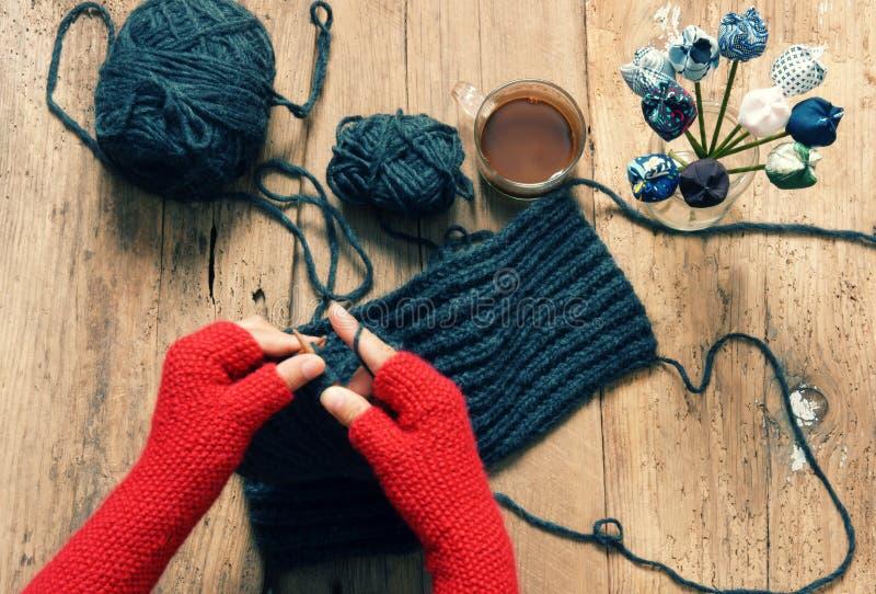 De met de hand gemaakte gift, speciale dag, wintertijd, breit, sjaal stock fotografie