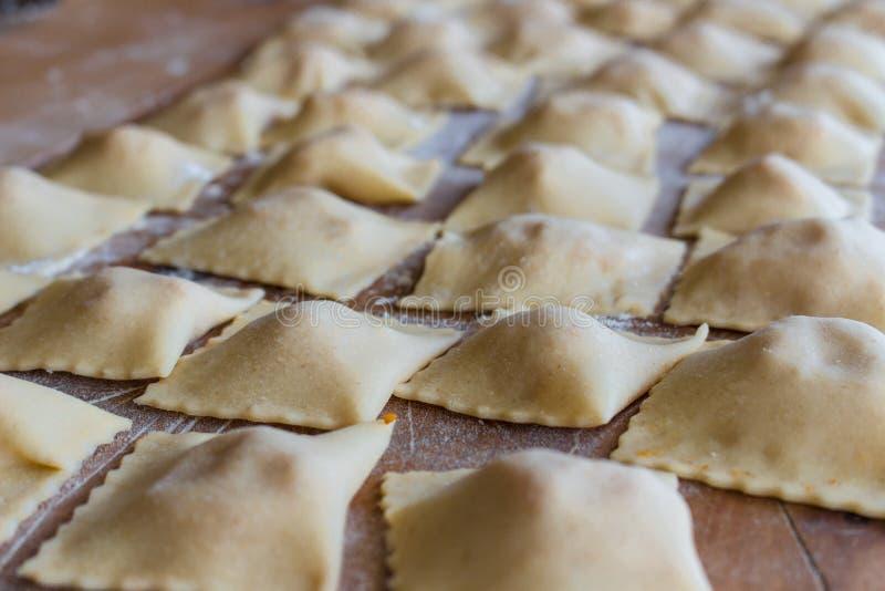 De met de hand gemaakte ravioli stock foto