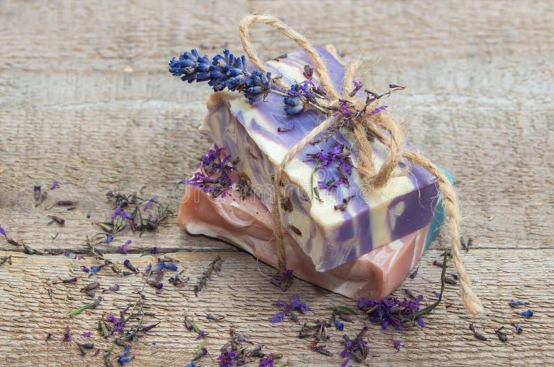 De met de hand gemaakte zeep van de lavendel stock afbeeldingen
