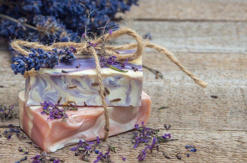 De met de hand gemaakte zeep van de lavendel royalty-vrije stock afbeelding