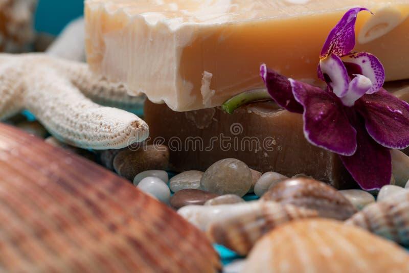De met de hand gemaakte bevochtigende Amandel en Wierookhars & van Myrrh Goat Bars van de Melkzeep die met kleine Kiezelstenen, O royalty-vrije stock afbeelding