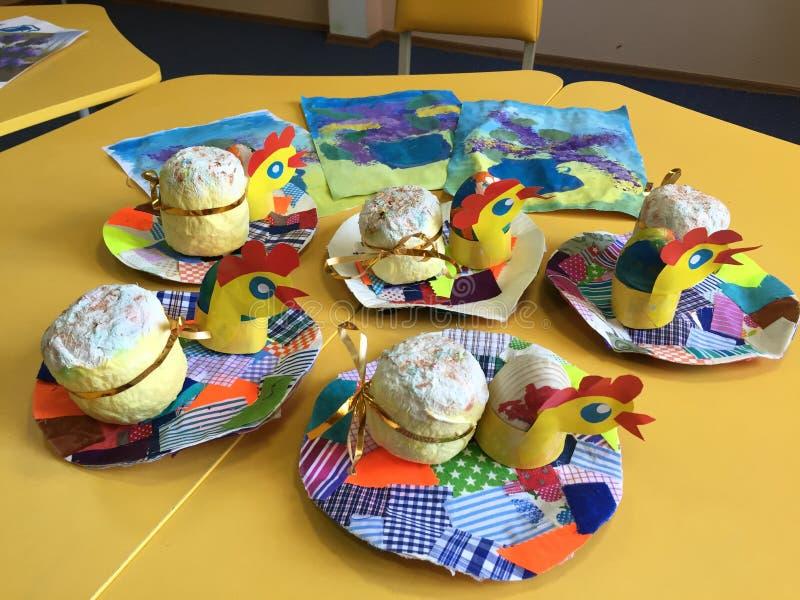 De met de hand gemaakte giften van Pasen, de creativiteit van kinderen stock afbeeldingen