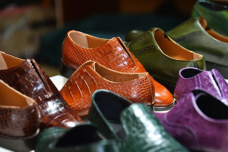 De met de hand gemaakte kleurrijke schoenen van de luxemens in een fabriek royalty-vrije stock afbeeldingen