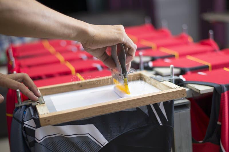 De met de hand gemaakte t-shirt van de het schermdruk, Arbeiders werkt royalty-vrije stock foto