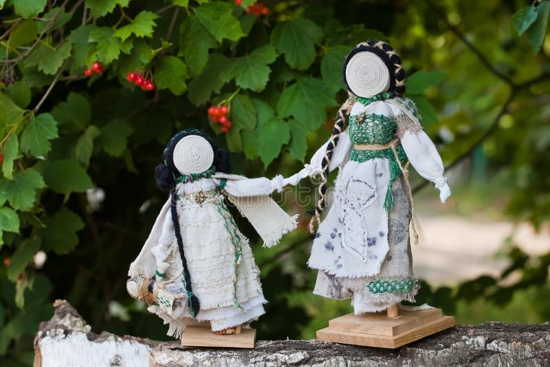 De met de hand gemaakte textielmoeder van voddenpoppen en dochter, Oekraïense etnische traditionele stuk speelgoed motanka stock foto's