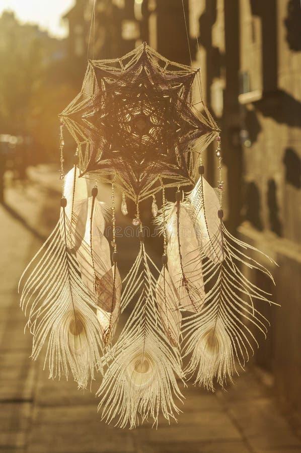 De met de hand gemaakte vanger van de het Oogdroom van de mandalagod ` s met witte pauwprestatie stock afbeeldingen