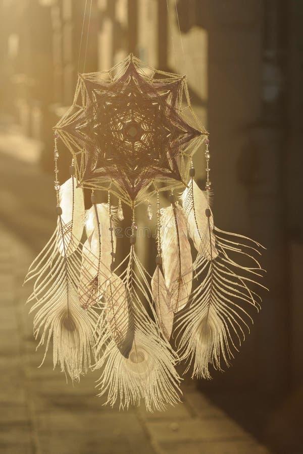 De met de hand gemaakte vanger van de het Oogdroom van de mandalagod ` s met witte pauwprestatie royalty-vrije stock foto's