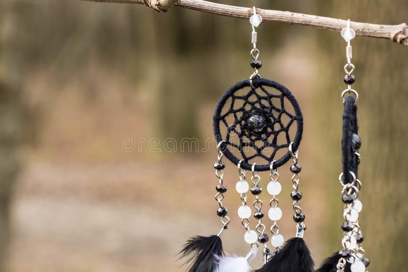 De met de hand gemaakte vanger van de oorringendroom met veren past en parelt kabel het hangen in royalty-vrije stock foto's