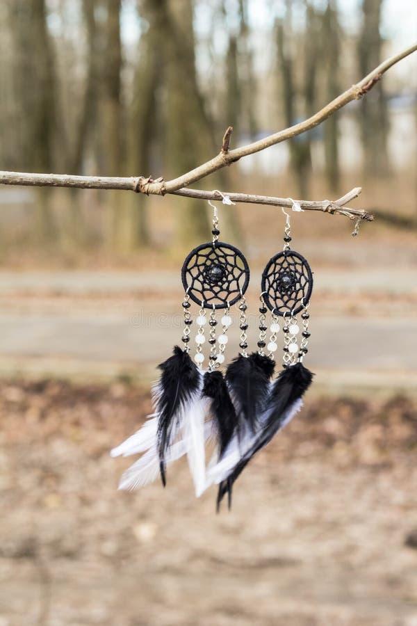 De met de hand gemaakte vanger van de oorringendroom met veren past en parelt kabel het hangen in royalty-vrije stock afbeeldingen