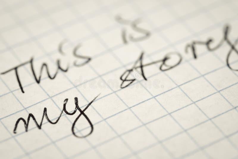 De met de hand geschreven tekst dit is mijn verhaal op geregelde document macro stock foto's