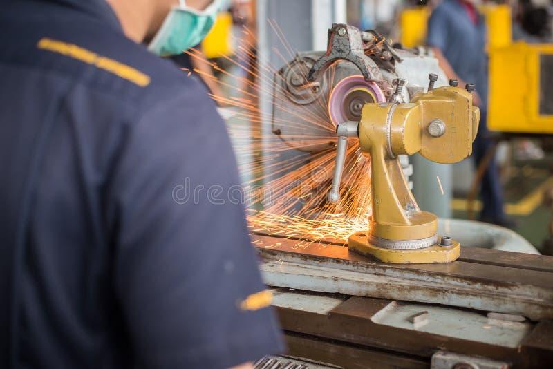 De metaalbewerkende industrie: het beëindigen van metaal die aan de machine van de draaibankmolen werken royalty-vrije stock foto