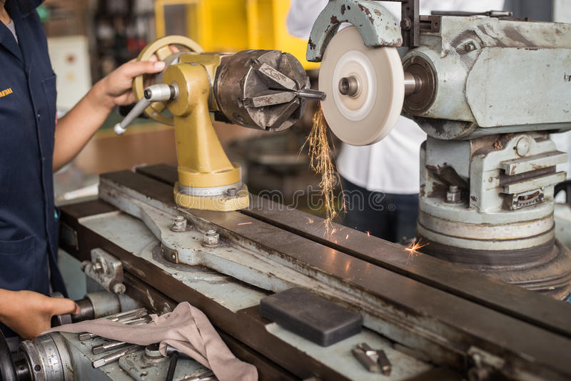 De metaalbewerkende industrie: het beëindigen van metaal die aan de machine van de draaibankmolen werken stock afbeeldingen