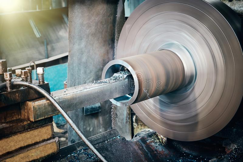 De metaalbewerkende industrie: metaal die interne staaloppervlakte werken aan de machine van de draaibankmolen stock afbeeldingen