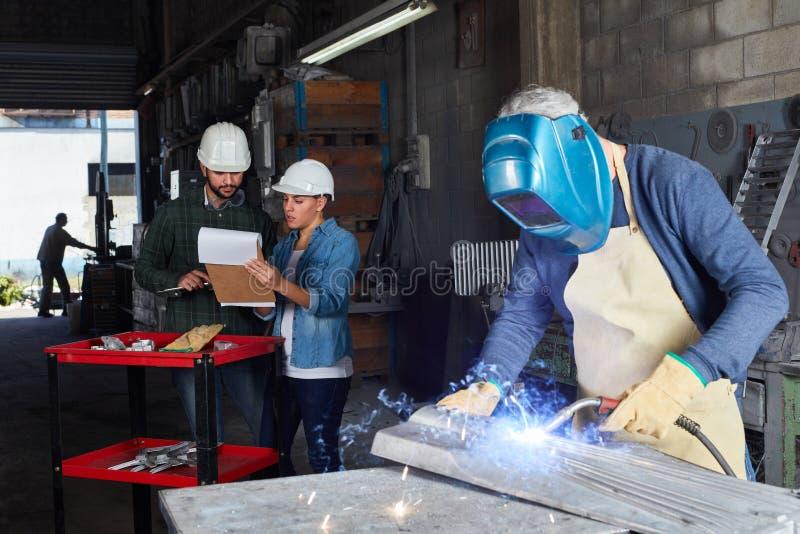 De metaalbewerking van de lassersarbeider stock afbeelding