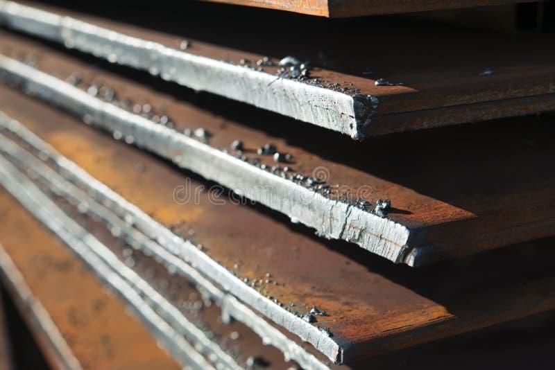 De metaalbladen worden opgeslagen in de fabriek royalty-vrije stock afbeeldingen