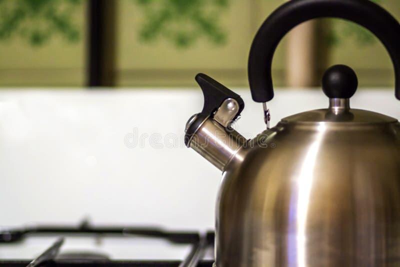 De metaalketel is op het keukengasfornuis royalty-vrije stock foto