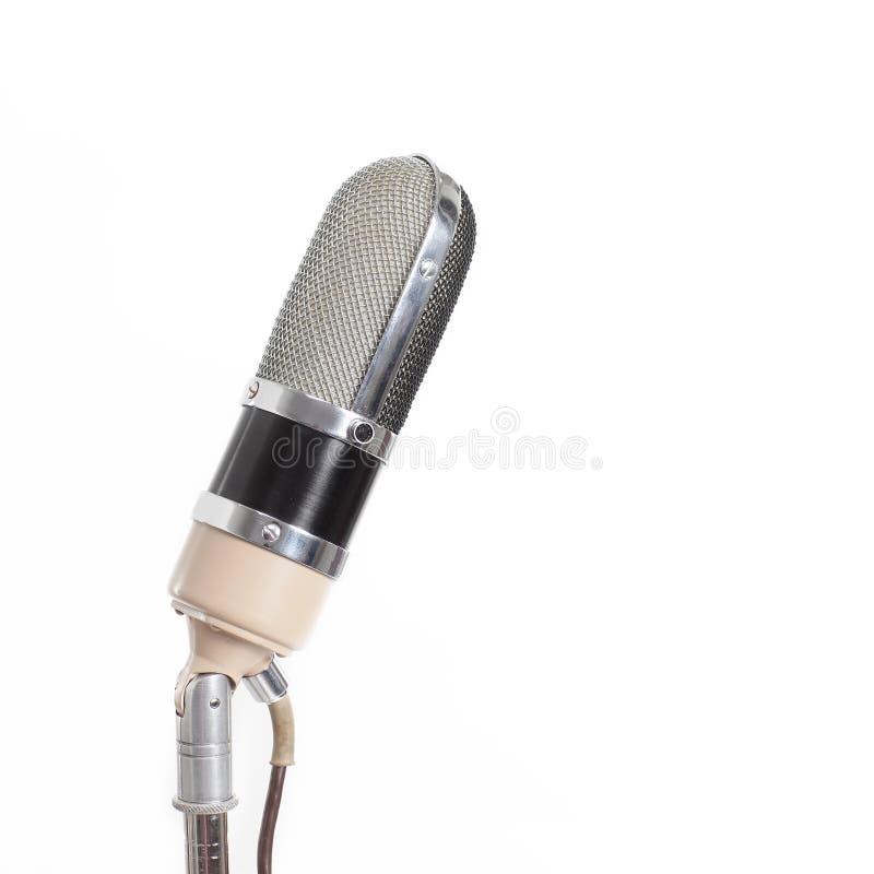 De metaalmicrofoon isoleert op witte achtergrond met stock foto's