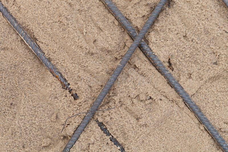 De metaalmontage in zand wordt gelegd dat Voorbereiding voor het gieten van beton Selectienadruk Ondiepe Diepte van Gebied royalty-vrije stock foto