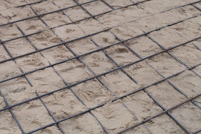 De metaalmontage in zand wordt gelegd dat Voorbereiding voor het gieten van beton Selectienadruk Ondiepe Diepte van Gebied stock afbeeldingen